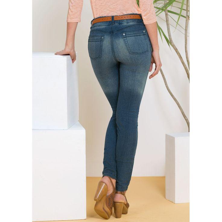 Diseño con deslavados localizados al frente y en panel trasero para brindar un efecto de alarga piernas, Ideal para las chicas de piernas cortas.