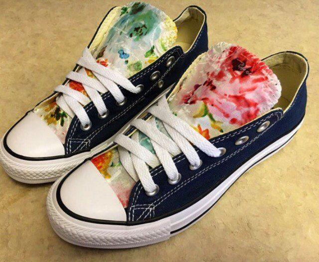 ** Por favor tenga en cuenta que Converse Chuck Taylor zapatos ejecutar un tamaño medio más grande entonces otros zapatos, si nunca has usado una les vaya probar un par en una tienda local. Hay no hay devoluciones ya que estos son por encargo para usted! ¡Este es mi diseño exclusivo! Este color de zapatos se muestra en azul marino si quieres otro color de bandeja de entrada me! Éstos llegan en los Estados Unidos en unos diez días. ¡Usted puede escoger los colores color de rosa! ¡Hay una…