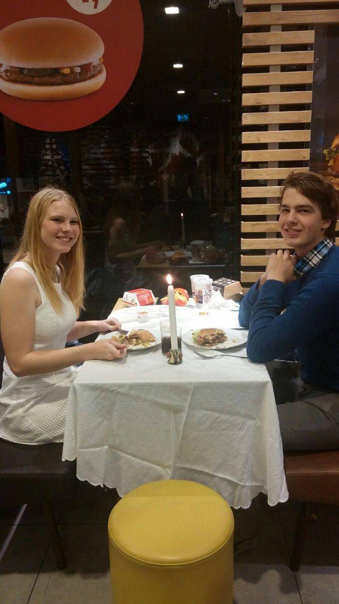 Romantisch diner voor twee bij kaarslicht in McDonalds