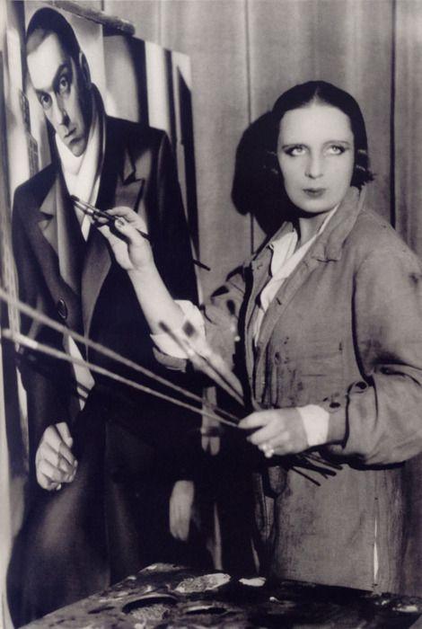 """Tamara de Lempicka in front of the portrait of her husband Tadeusz, ca 1928 -by Thérèse Bonney. Tamara fue """"la primera artista mujer en ser una estrella del glamour"""". Influenciada por el Cubismo, Lempicka fue una de las mayores representantes del estilo Art Deco en dos continentes, fue la artista favorita de muchas estrellas de Hollywood y llamada """"la baronesa con pincel""""."""