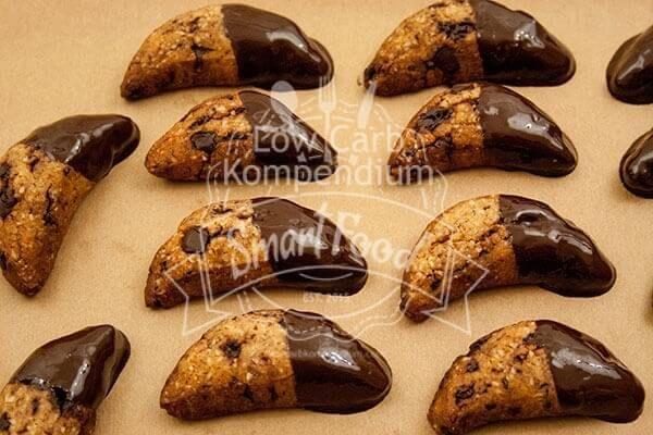 Ein Ende der Kipferl in Schokolade tunken - lecker :)