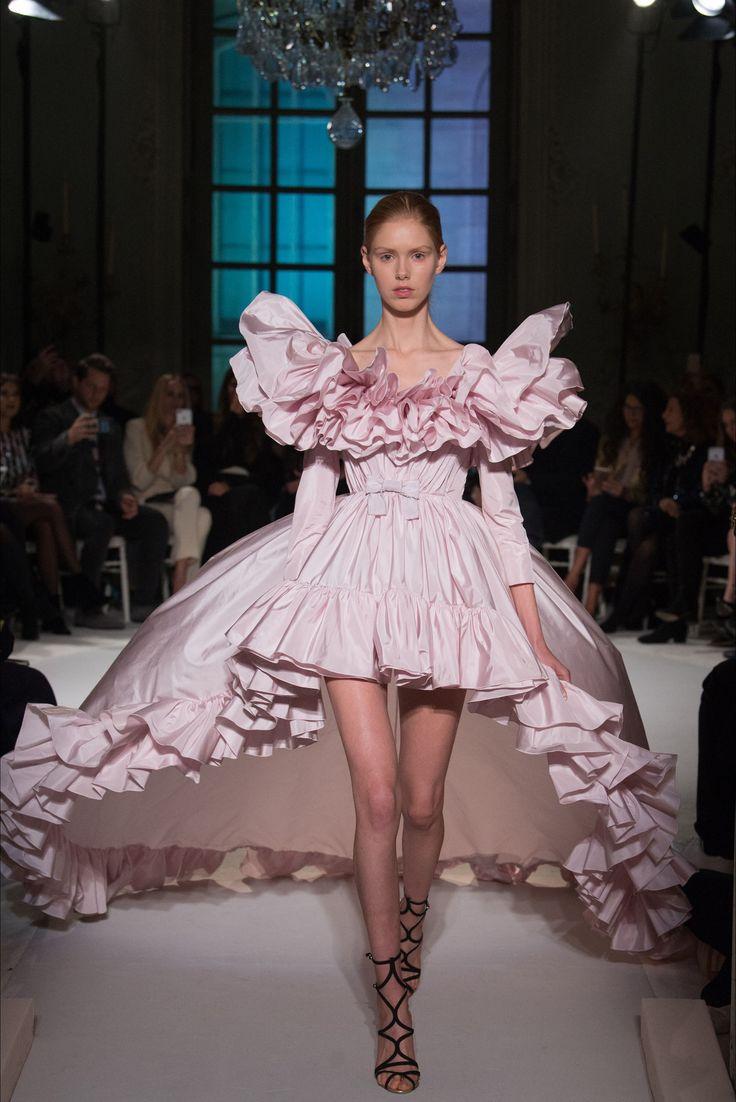 Guarda la sfilata di moda Giambattista Valli a Parigi e scopri la collezione di abiti e accessori per la stagione Alta Moda Primavera Estate 2017.