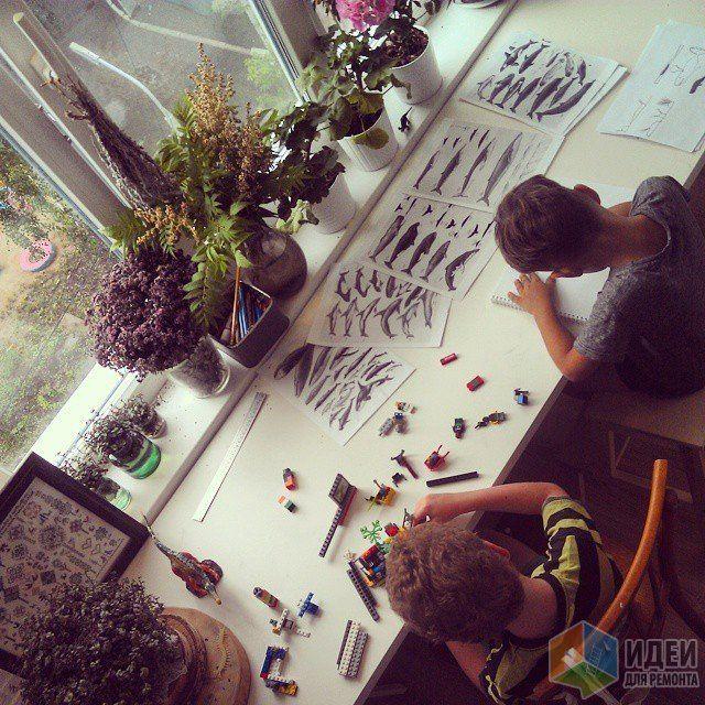 Детская комната для мальчиков, письменный стол у окна