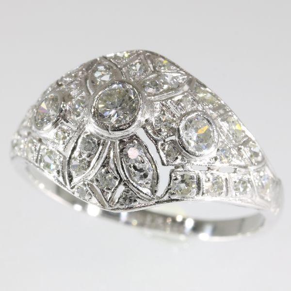 Prachtige platinum Art Deco ring gemaakt in de jaren vijftig met 39 diamanten totale 160 ct.  Soort juweel: ringConditie: zeer goedStijl: Art DecoKenmerken van de stijl: abstracte motieven en geometrische vormen zijn vrij typisch voor de Art Deco periode. Art Deco afgestapt van de zachte pastelkleuren en organische vormen van zijn voorganger van stijl Art Nouveau en omhelsde invloeden van vele verschillende stijlen en bewegingen van de vroege 20e eeuw met inbegrip van neoklassieke modernisme…