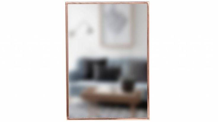 De spiegel met koperen rand uit de collectie van Hübsch Interior is een pronkstuk aan iedere wand.