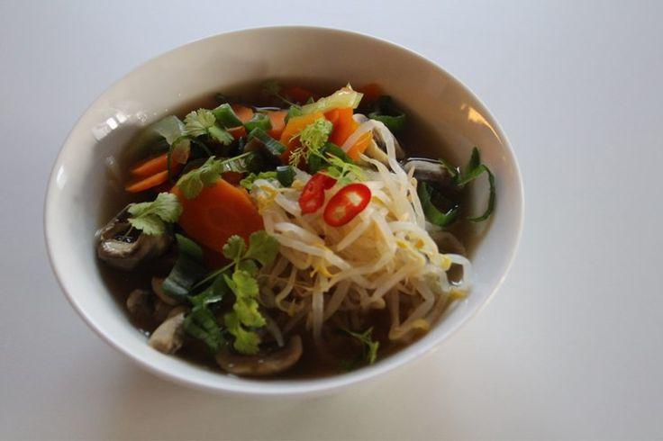 Pho Vietnamesisk nudelsoppa Gillar verkligen asiatisk mat, med mycket grönsaker och mycket hetta, här kommer min variant på Pho, en vietnamesisk risnudelsoppa! VEGETARISK PHO 1,5 l grönsak