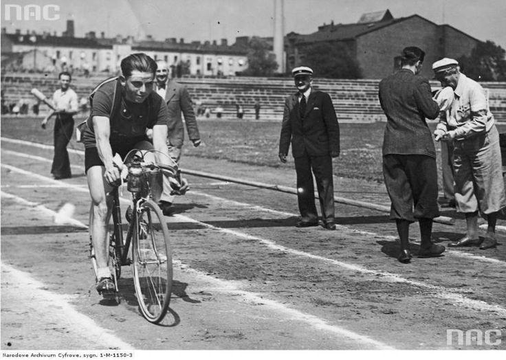Czesław Marcelak, Tour de Pologne 1939. Stadion Wojska Polskiego im. Marszałka Piłsudskiego.  Photo Credit: Archiwum NAC