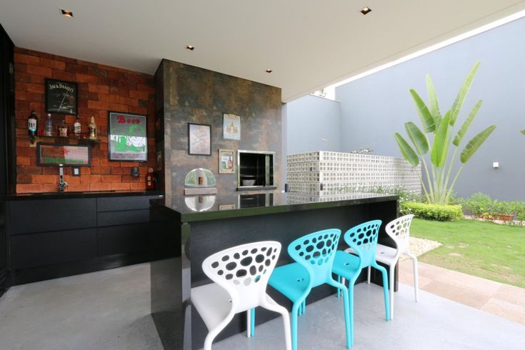 Sommerküche Modern Schwarze Arbeitsplatte bunte Stühle #garden #house