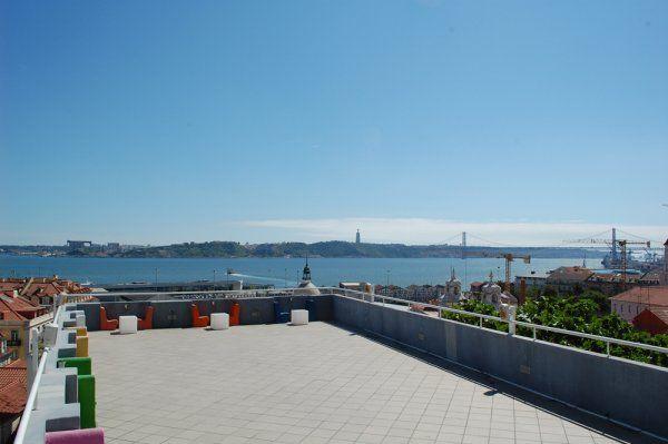 La fantastica rooftop terrace con vista sul Tago del Lisb'on Hostel! #Lisbona