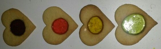 Maak koekjes naar je gebruikelijke recept. Maak in het midden een gat. Bij deze heb ik er een zuurtje in gelegd voor ik ze in de oven deed. Je kunt ook allerlei kleuren zuurtjes breken en verschillende kleurtjes in 1 koekje leggen. De binnenkant is wel n beetje hard als ze eenmaal zijn afgekoeld, dus niet te veel er in doen.. :-p
