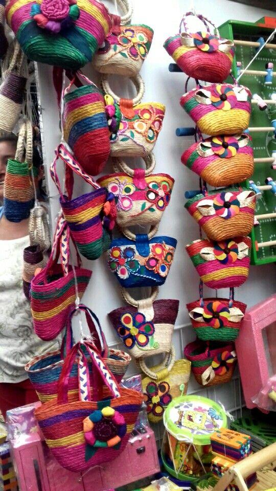 Bolsas artesanales e mimbre, Palma y hoja de maíz.