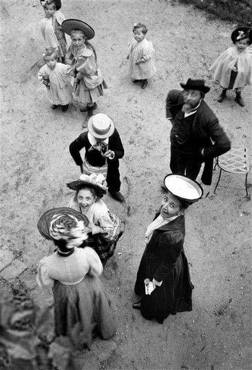Famille. Paris, 1906. © Henri Roger / Roger-Viollet