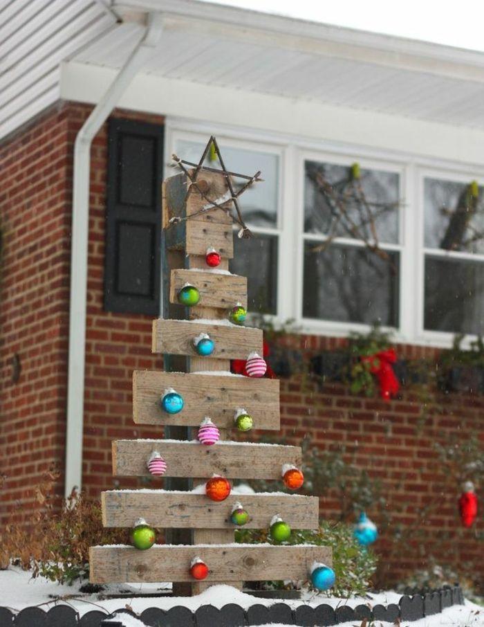 weihnachtsdeko für draussen weihnachtsbaum paletten weihnachtkugeln