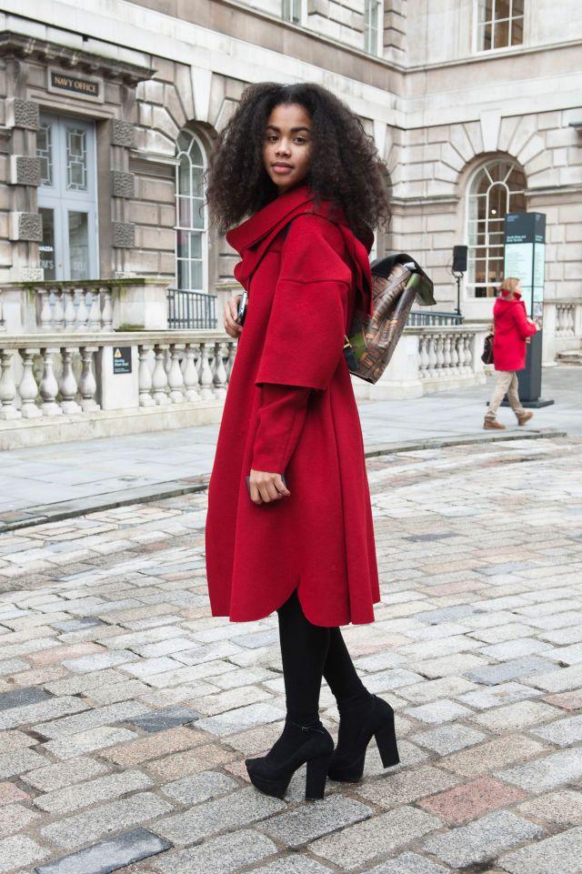 Cappottino rosso a mantella Cosa c'è di più vivace ed allegro di un bel cappottino a mantella rosso (che fa tanto Cappuccetto Rosso)?