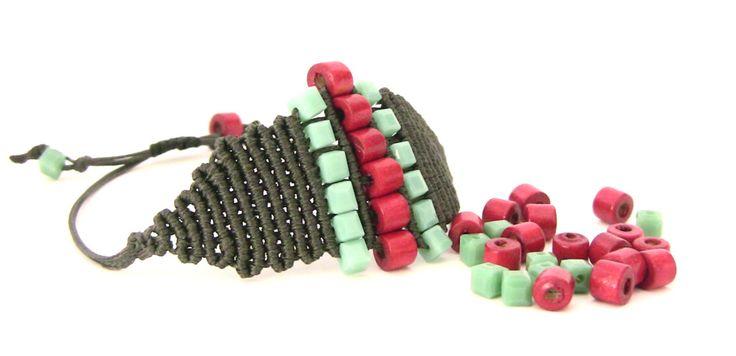#bracelet modern #macrame morena macrame beaded #knotted #handmade in ITALY Vi mostro un modello dalla linea super moderna, nero ( fantastico) con perline di legno tonde rosse  ed in resina squadrate color verde acqua.  La chiusura è scorrevole e regolabile , molto comodo no!