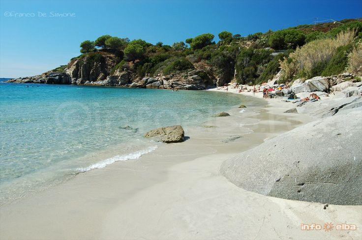 Spiaggia di Cavoli_ Elba Island  E' una spiaggia sabbiosa considerata ideale per i più giovani. Per prendere il sole in questa spiaggia dalle coste de...