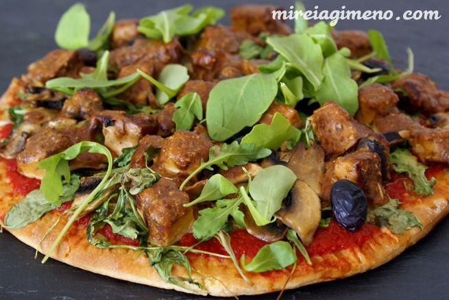 Pizza de verduras y tofu con salsa de almendras http://www.mireiagimeno.com/recetas/pizza-de-verduras-y-tofu-con-salsa-de-almendras