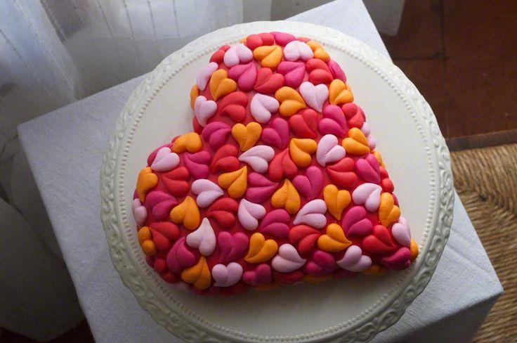 TORTA TANTI CUORI - Torta a forma di cuore decorata con tanti piccoli cuori realizzati con lo stampo in silicone.  http://www.kikkascakes.com/ricette-2/torte-decorate/torta-tanti-cuori/