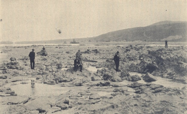A Vaskapu-zuhatag. Háttérben a Vaskapu-csatorna Duna felőli gátjával, 0 feletti 60 cm. vizállásnál, 1898. szept. végén.    http://keptar.oszk.hu/html/kepoldal/index.phtml?id=033717