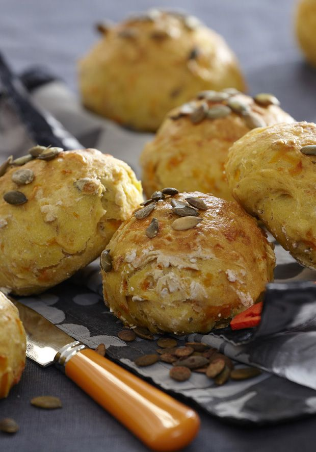 Nyd de lange efterårsaftener med disse luftige boller med sprøde græskarkerner. Servér dem i tusmørket med en god klat smør!