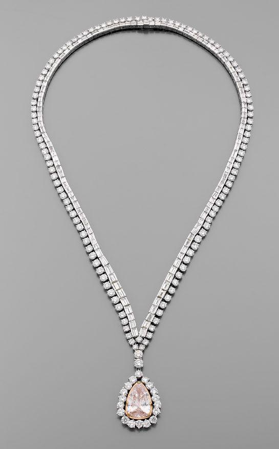 Créée par l'actrice elle-même, cette parure exceptionnelle retenant un diamant rose-orangé est mise aux enchères à la maison de ventes Artcurial de Monte Carlo le mercredi 24 juillet.