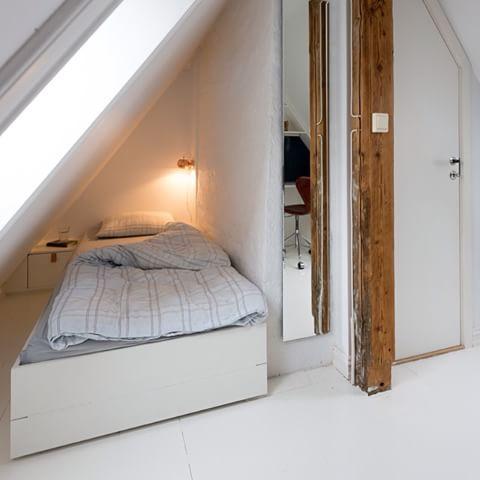 Plassbygd seng med skjult oppbevaring under og tilpasset nattbord🔨  www.smarte-rom.no  #seng #oppussing #interiør #interior_and_living #bolig #byggmester #smart #snekker