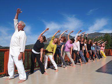 Hatha-Yoga üben mit Blick auf das Taurus Gebirge an der Lykischen Küste. Reisedetails online unter: http://www.neuewege.com/Yoga-Reisen/Tuerkei/Lykische-Kueste/Seminar-Center-Olympos-Mitos-Yoga-Genuss--Kultur-Vitalwoche-an-der-Lykischen-Kueste-_TRG10