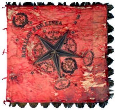 """Estandarte del batallón 2º de línea hecho con las directrices del reglamento de 1843. """"El color de la bandera será rojo; en el centro la estrella nacional bordada con hilos de plata y alrededor el nombre del batallón en letras bordadas con hilo de oro"""". EL 27 de noviembre de 1879 cae en poder del enemigo en la batalla de Tarapacá. Se recupera en Tacna, en la iglesia de San Ramón, donde lo escondían.  Se entrega al 2º de línea el 11 de enero de 1881 en Lurín, días antes de la entrada a Lima."""