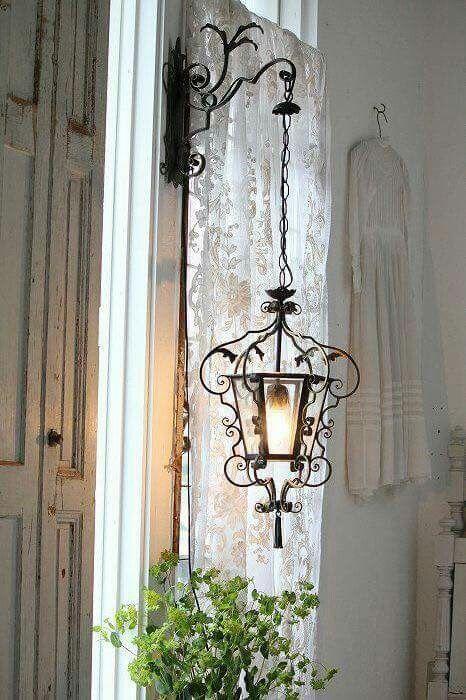 Très jolie idée que cette lampe de jardin pour un décor shabby chic