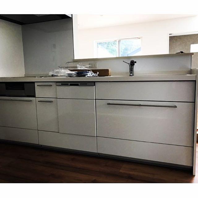 キッチンは真っ白。  取っ手は3回変更してこの形に。  白のキッチンはよく見るけど、この取っ手で組み合わせてるのは あんまり見かけないかな?  わたし的に この雰囲気も◎  オプションは食洗機つけたくらいで ほぼ標準のキッチン。  十分 満足しています。  #リクシル#キッチン#キッチンは4.5畳♡#今よりかなり広くなって嬉しい♡#シンプルライフ #ゼロキューブ#zerocube
