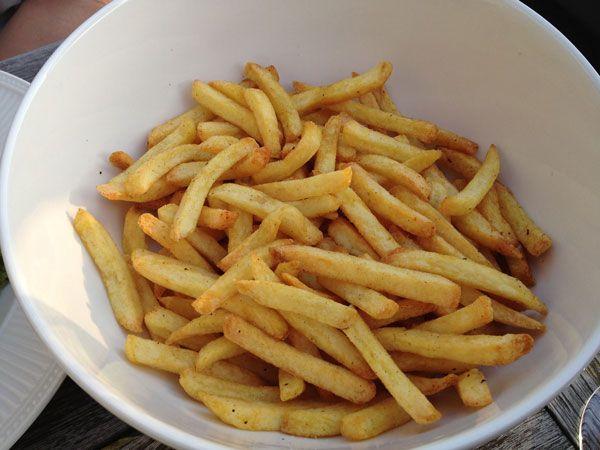 Aan de Airfryer van Philips hebben we hier al vaker aandacht besteed. Het is (nog altijd) een apparaat dat zijn plekje op het aanrecht verdient door z'n gebruiksgemak en snelheid. We hebben nu ook ontdekt hoe we er perfecte frietjes in kunnen bakken. Men neme... de verse frites van Lidl.