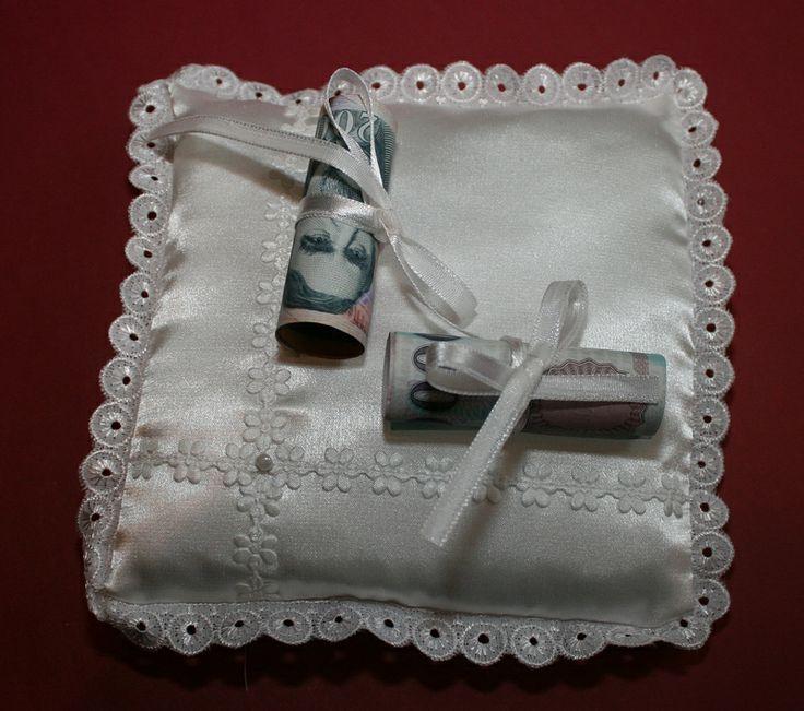 Gyűrű helyett pénzt köthetsz a párnára és kész a stílusos nászajándék.