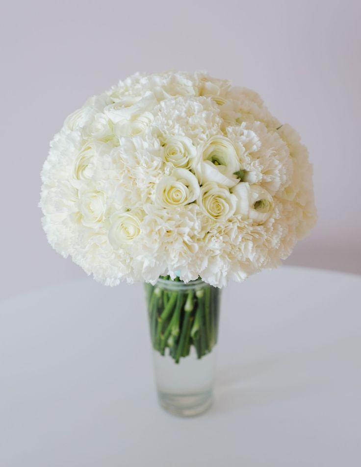 Белый свадебный букет из гвоздик, роз и ранункулюсов