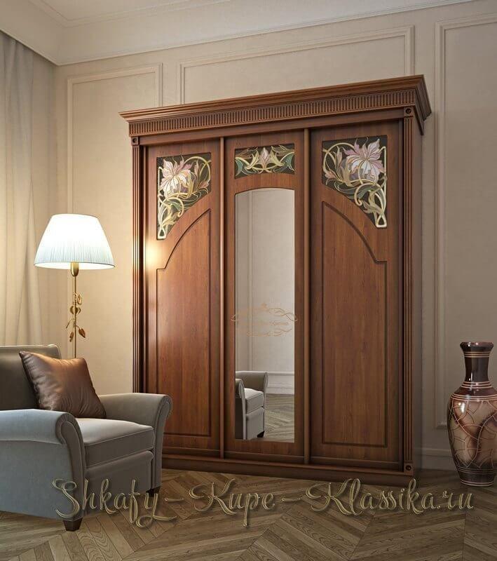 Шкаф купе классического стиля трех дверный с витражами и зеркалом. Изготавливается на заказ  http://shkafy-kupe-klassika.ru/