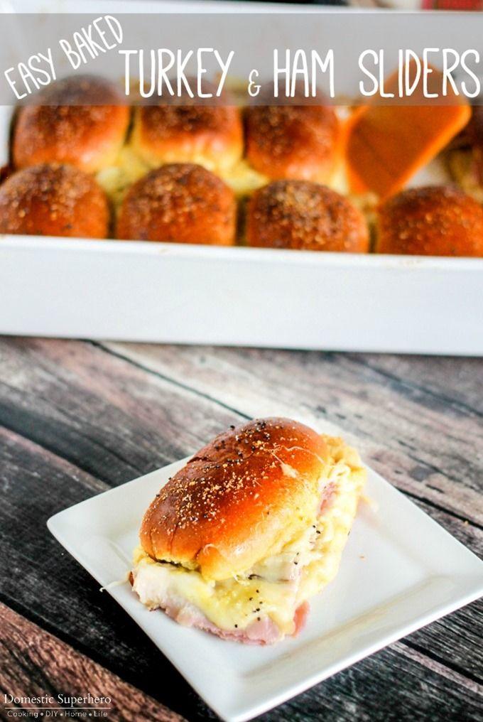 Fácil al horno de pavo y jamón Sliders son la perfecta salida al Noches entre comida, merienda día de juego o diversión aperitivo!  Las capas de jamón, pavo, queso (queso y más) entre un bollo de mantequilla cursi deslizador es la combinación perfecta !!