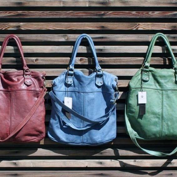 borsa art.152 nei nuovi colori cemento, azzurro,verde-acqua, rosso e cuoio, in pelle tinta in capo in acqua e cerata manualmente. Tracolla staccabile, fodera in cotone 100%. Due tasche interne, chiusa con zip sopra e davanti, euro 140. Misure: cm.37x45x6. #officina_n11 #imperfectionisbeauty #handmade #handcrafted #bag #madeinitaly #accessories #limitededition #pieceunique #style #leatherbag #handbag #quality #naturalness #unique #itbag #musthave #washedleather #freedom