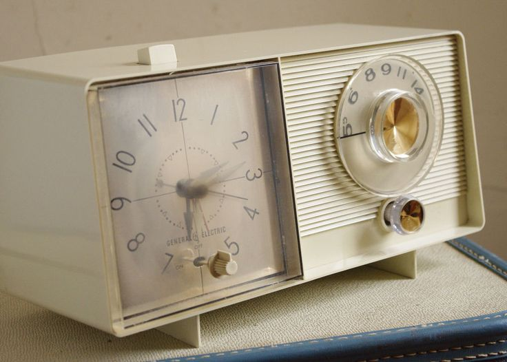 Oh, the memories...sitting around the radio JUST like this one with my Papaw....listening to the Atlanta Braves play ball.