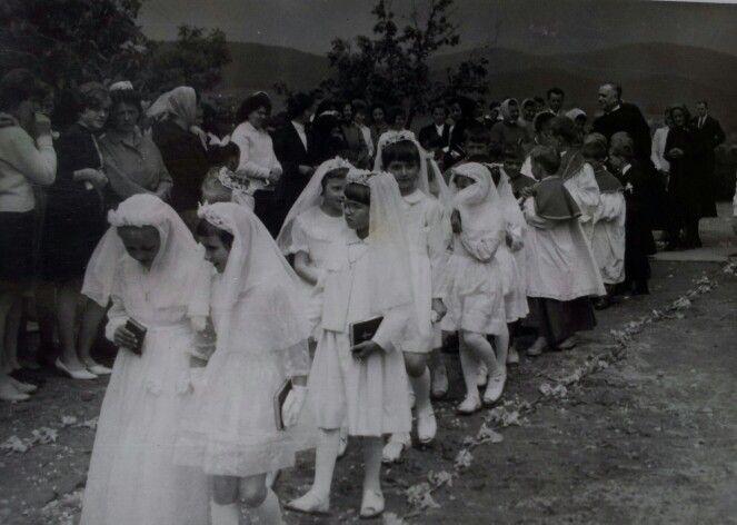 1965. Elsőáldozók vonulnak a templomból.