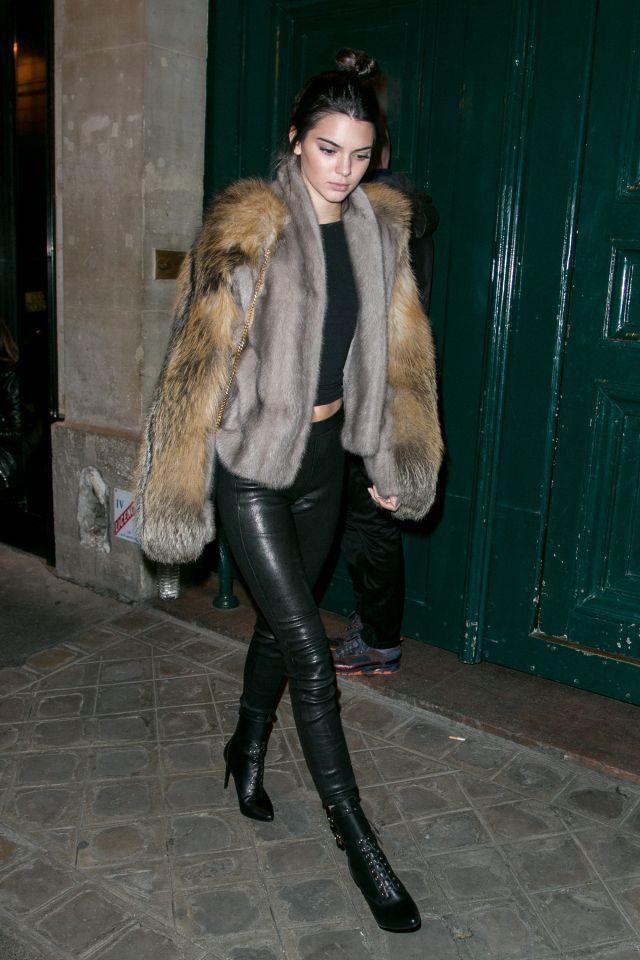 Kendall Jenner porte un manteau de fourrure et des jambières en cuir, le 2 octobre à Paris, France.