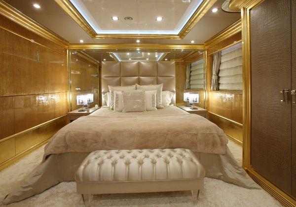 Le camere da letto sono vere alcove di materiali di pregio. I tappeti morbidi, le sete luminose e la specchiera che rifinisce la testata, in questa stanza, non lasciano pensare a un arredo nautico. Solo il legno caldo, le rifiniture dorate e i dettagli tipici di una barca suggeriscono la vera identità dell'ambiente