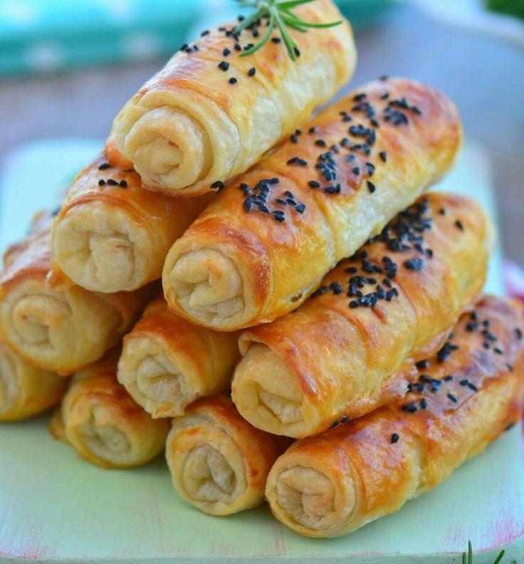 Hazır Yufkadan Unlu Çıtır Börek Tarif sevgili @umutsepetim ait Malzemeler; 4 adet yufka 4 yemek kaşığı un 1 su bardağı sıvı yağ 1 yemek kaşığı üzüm sirkesi Tuz İçine ( Beyaz peynir ) 1 adet yumurta sarısı ( Biraz sıvı yağ) Hazırlanışı; Önce sosu hazırlayın. Unu karıştırma kabına alın ve üzerine sıvı yağ ile sirkeyi ekleyip karıştırın. Yarım tatlı kaşığı uz ilave edip karıştırın. Bir yufkayı düz zemine yayın. Üzerine sosun yarısını gezdirip fırçayla her tarafına gezdirin. Üzerine iki...