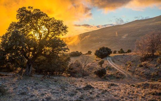 Закатное солнце в горах национального парка Сьерра-Невада, Испания