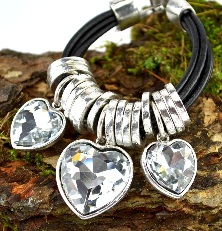 Náaramek s přívěsky z broušených krystalů ve tvaru srdcí v přírodě :)