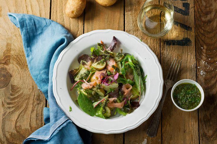 Heurige Erdäpfel, geräucherter Lachs, verschiedene Salatsorten, und eine frische Salsa Verde machen diesen Salat zu einem schnellen gesunden Sommergericht.