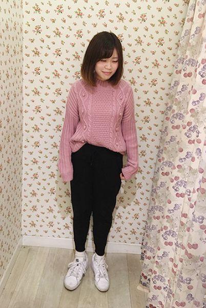 メンズライクなジョガーパンツをピンクのニットとふわふわモヘアソックスで女の子らしく。  『モヘア風裏起毛リブソックス12cm丈』¥350+税 color : オフ白 (その他スタッフ私物)  当店のお取り扱いアイテム: レッグウェア、インナー、ルームウェア