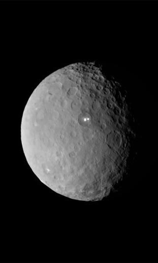 A NASA spacecraft that's nearing dwarf planet Ceres has returned new images showing the mysterious lights that have scientists scratching their heads.