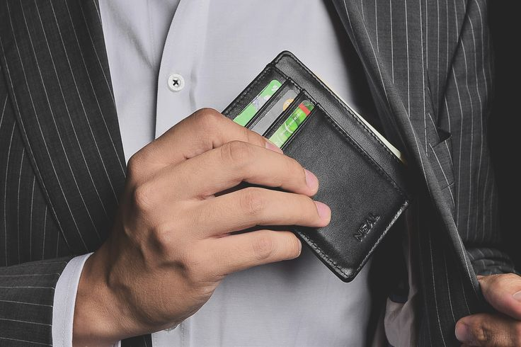 Marrying function and craftsmanship, this minimalist cardholder is equipped with RFID blocking silver lining to protect your money and data against any attempt of electronic pickpocketing.