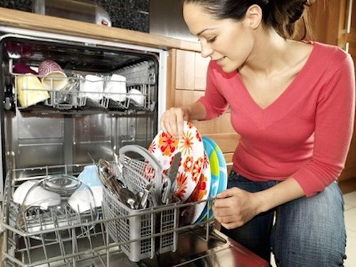 Odeurs du lave-vaisselle Si vous n' utilisez pas votre lave-vaisselle tous les jours, mettez une poignée de bicarbonate de soude dans le