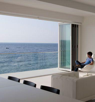 Uitkijken over zee met een vouwdeur die helemaal weggeschoven kan worden. Heerlijk dat uitzicht!