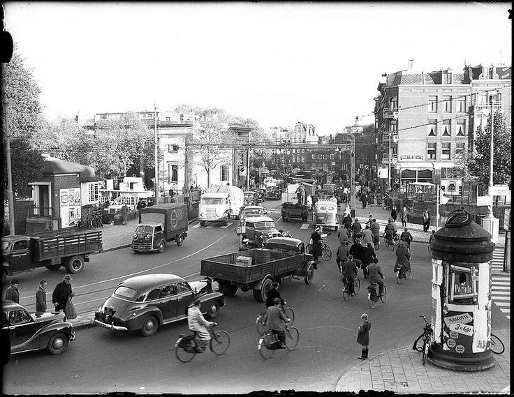 Agent regelt de verkeersdrukte op de brug tussen Haarlemmerplein en Nassauplein, Amsterdam, 17 oktober 1952 Foto Ben van Meerendonk